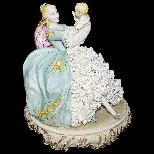 Фарфоровая статуэтка «Мама с младенцем»