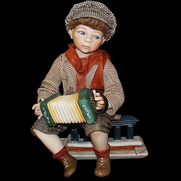 Фарфоровая статуэтка «Мальчик с гармошкой»